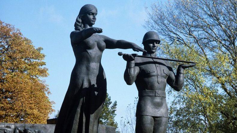 Памятник Славы воЛьвове облили краской