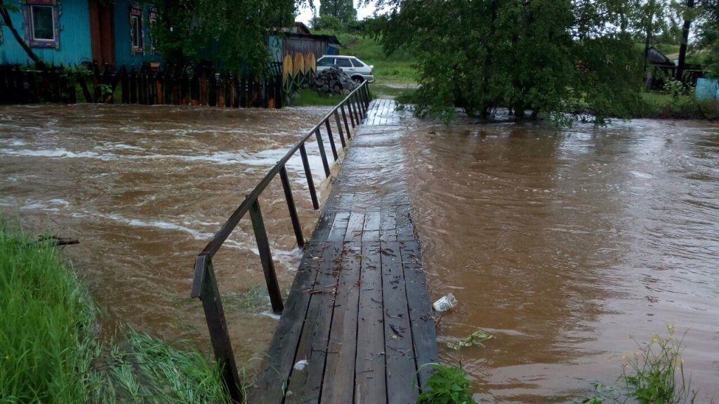 Из-за ливней подтопило мост через реку Тагил вСвердловской области