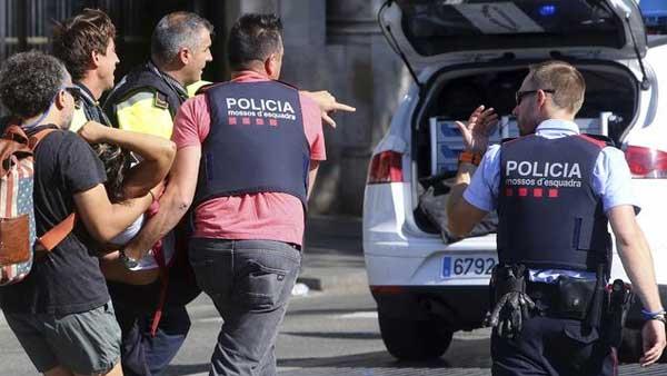 Автомобиль наехал на 3-х полицейских вБарселоне