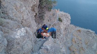 Туристка сорвалась соскалы вКрыму, пытаясь сделать селфи