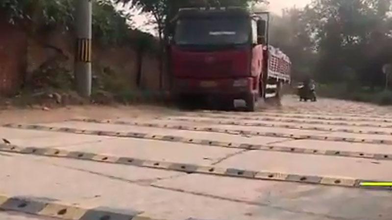 В КНР рабочие положили неменее 600 «лежачих полицейских» на1км дороги