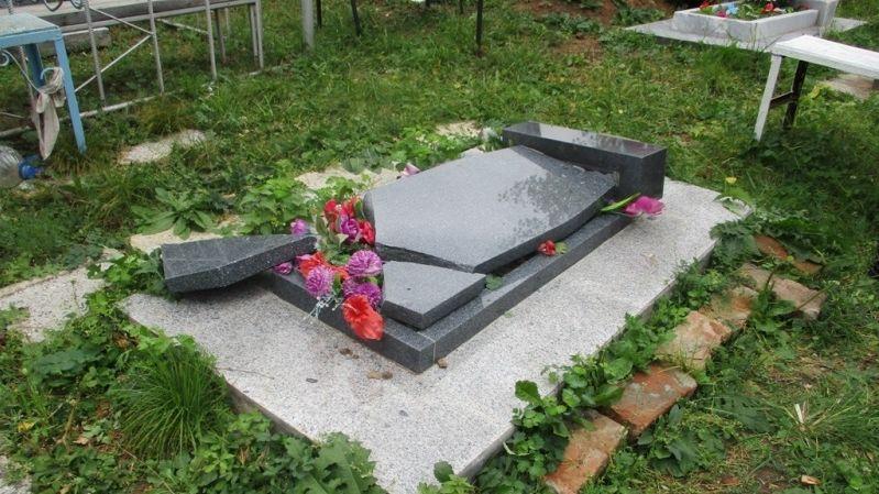 ВНижнем Тагиле пятеро школьников разбили монументы накладбище ради шалости