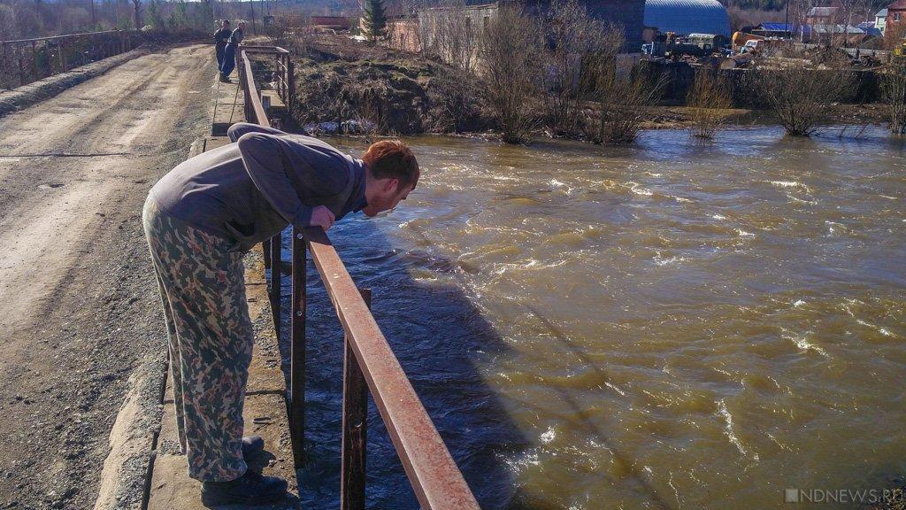«Ауди» упала вреку, протаранив ограждение вЧелябинской области ФОТО ВИДЕО