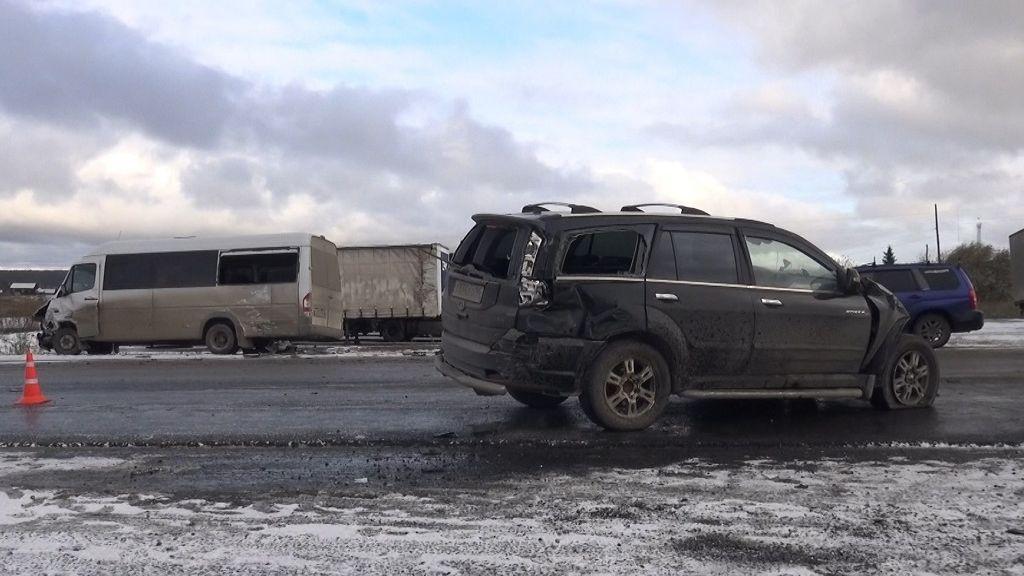 Пассажиры микроавтобуса пострадали вДТП натрассе Р-351 вСвердловской области