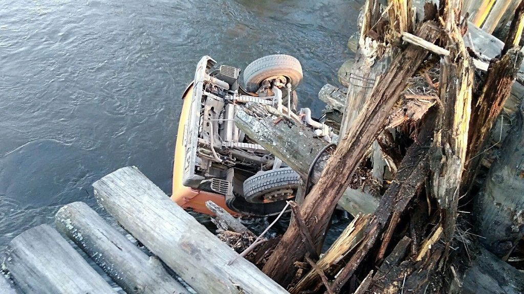 КАМАЗ проломил мост ирухнул вреку наУрале