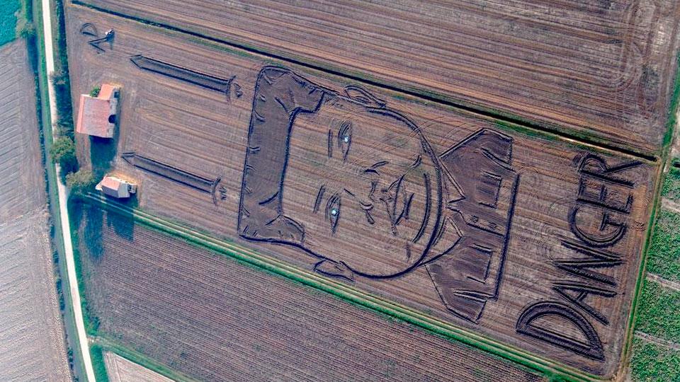 Насоевом поле появился портрет Ким Чен Ына