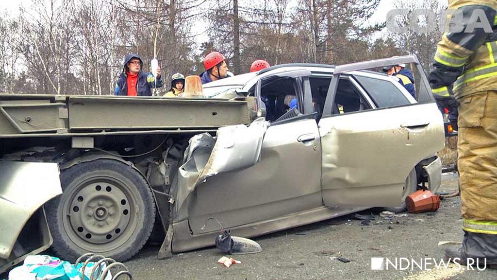 ВЕкатеринбурге cотрудники экстренных служб разрезали легковую машину, залетевшую под фургон, чтобы извлечь раненого водителя