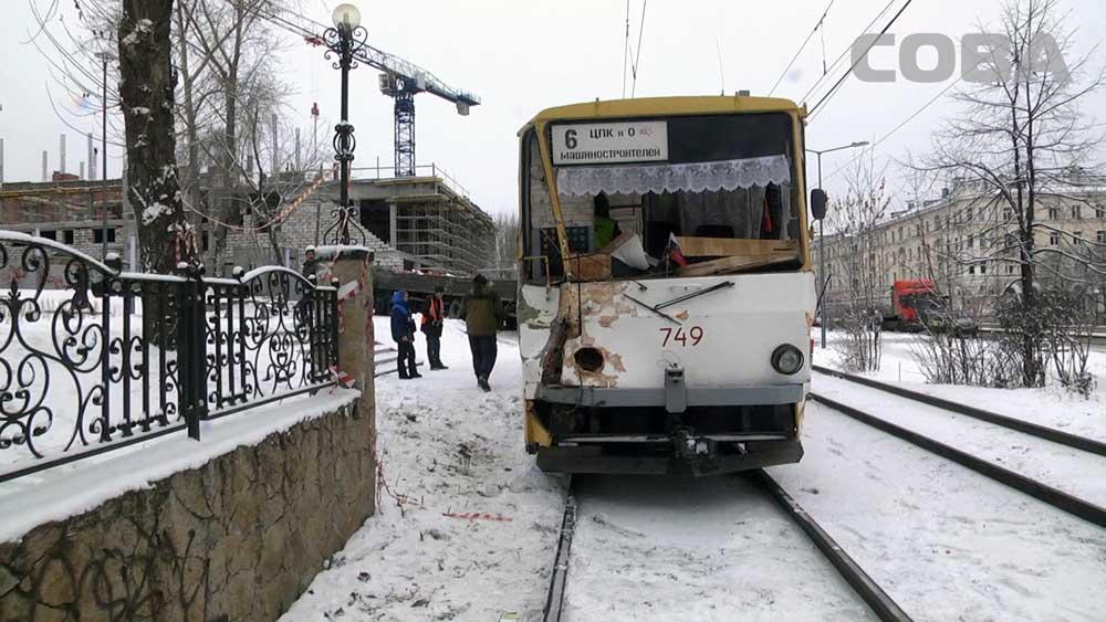 ВЕкатеринбурге неподелили дорогу трамвай ибольшегруз скирпичами
