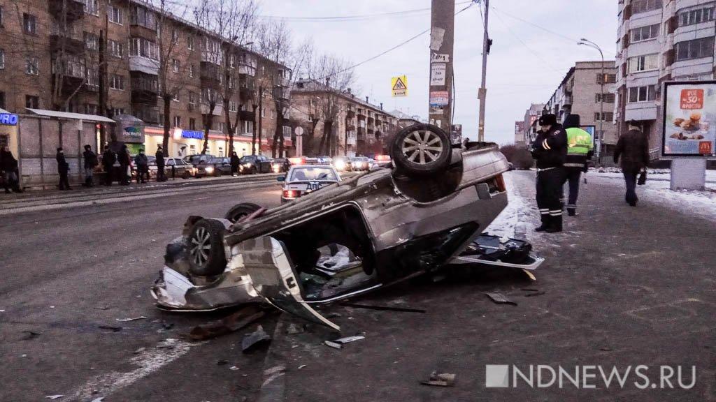 Наперекрёстке Шевченко— Луначарского легковушка перевернулась иулетела натротуар, сбив пешехода
