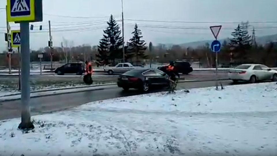 Красноярец снял навидео дорожников, которые косят траву под снегом
