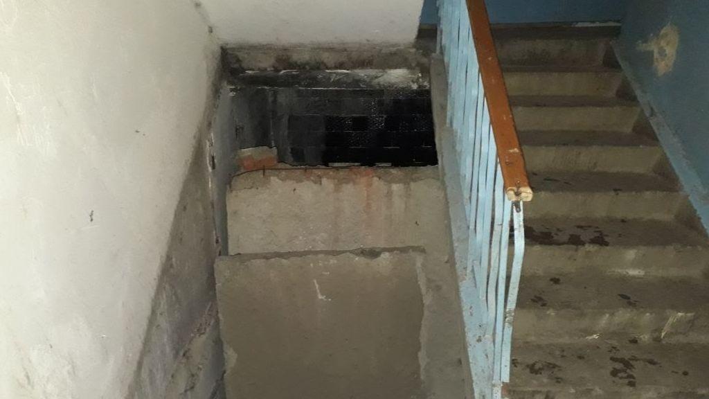 ВНижнем Тагиле вподъезде дома мужчину придавило бетонной плитой