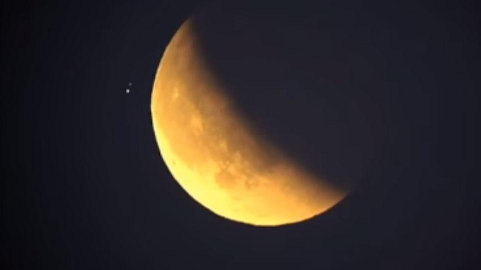 Во время затмения у кровавой Луны пролетел НЛО