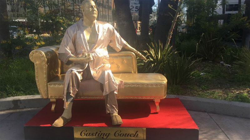 В Голливуде появился памятник «дивану для кастинга» с Вайнштейном