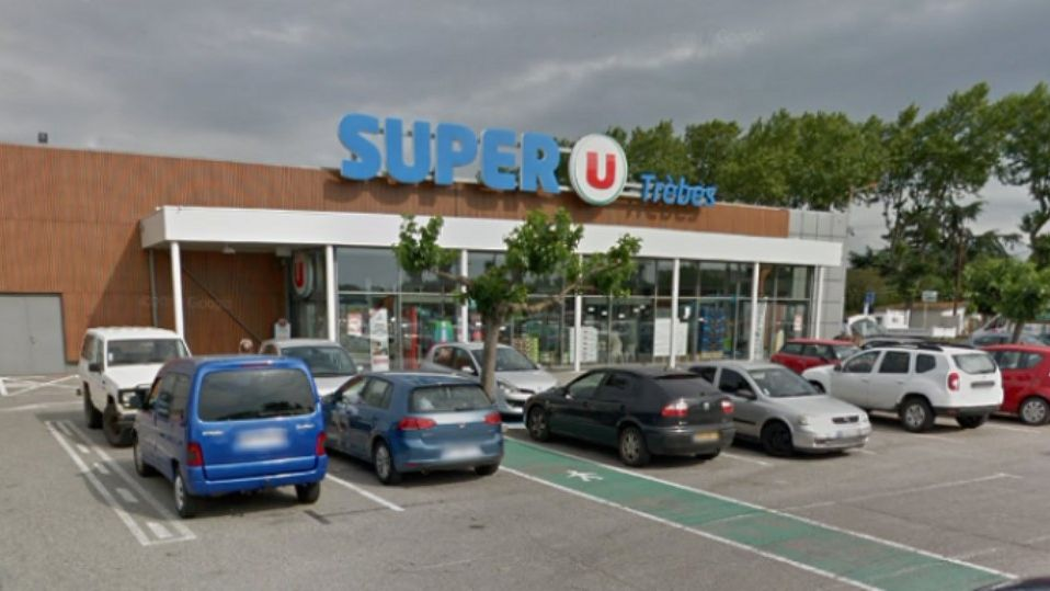Во Франции террорист подстрелил полицейского и захватил заложников в супермаркете