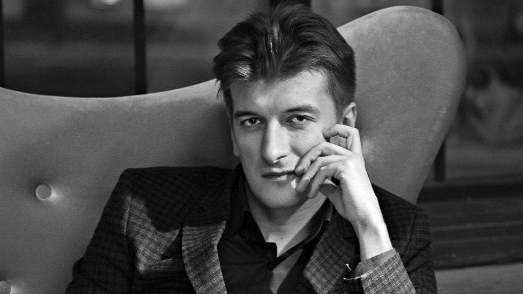 ВЕкатеринбурге после падения с 5-ого  этажа скончался репортер  Максим Бородин