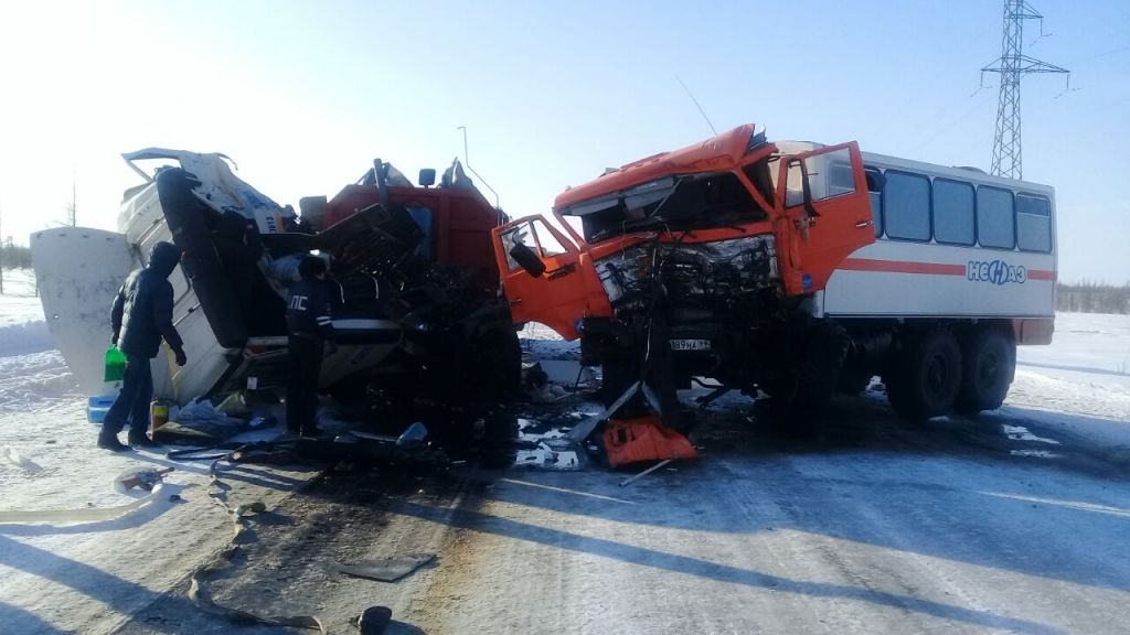 На Ямале грузовик с вахтовиками попал в аварию. Пострадавших эвакуировали вертолётом