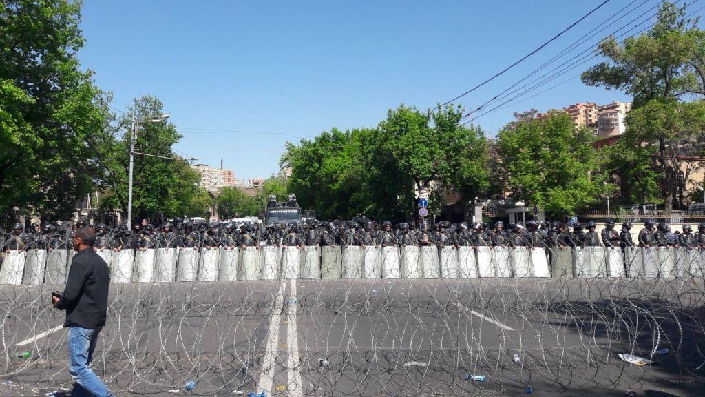 Оппозиционный депутат парламента Армении вновь призвал перекрыть улицы Еревана иработу госорганов