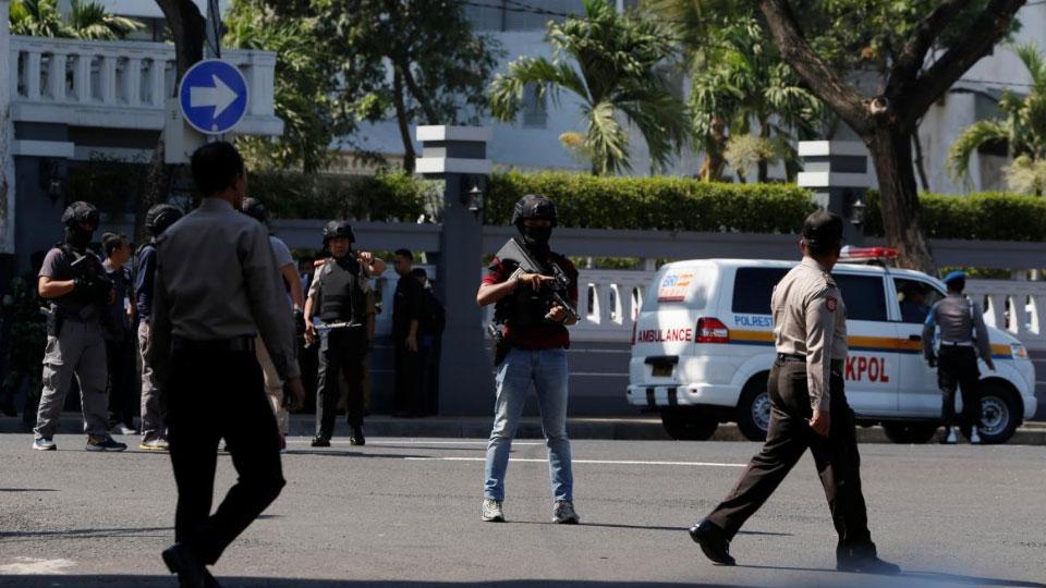 В Индонезии у полицейских участков прогремели взрывы