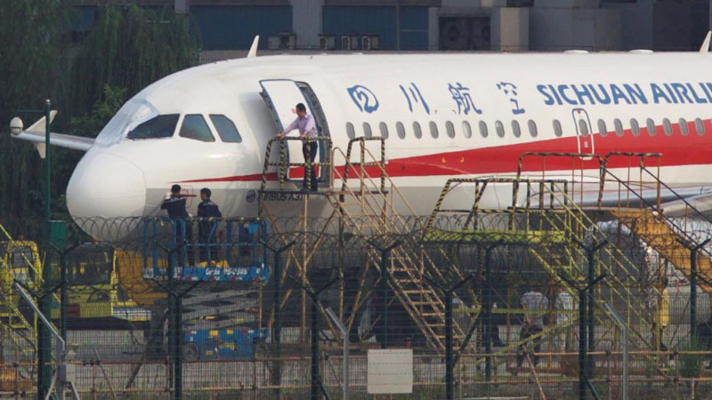 В Китае у самолета лопнуло стекло на высоте 10 км: пилота едва не вытянуло из лайнера