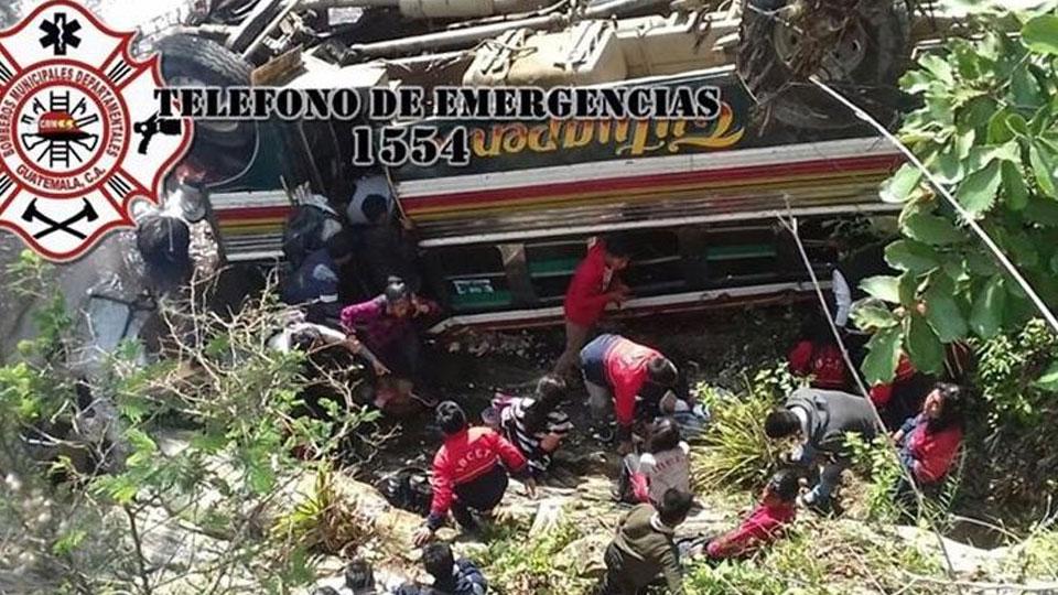 В Гватемале автобус рухнул в пропасть, восемь человек погибли