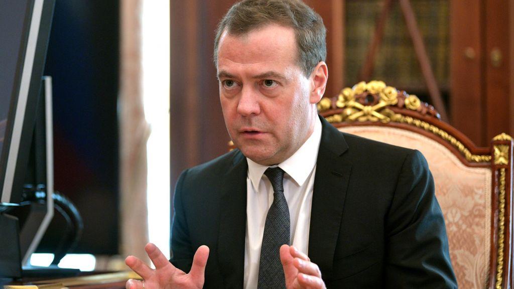 Медведев велел подготовить ответ на новые пошлины США и продлить санкции в отношении ЕС