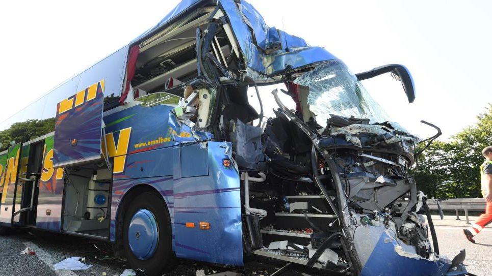 В Германии в аварии автобуса и мусоровоза пострадали более 30 человек