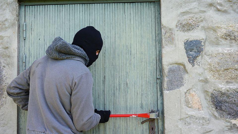 НаЯмале мужчина через окно убежал ссоставленным нанего уголовным делом