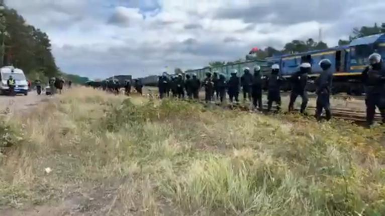 Украинская полиция готова штурмом освободить российский уголь