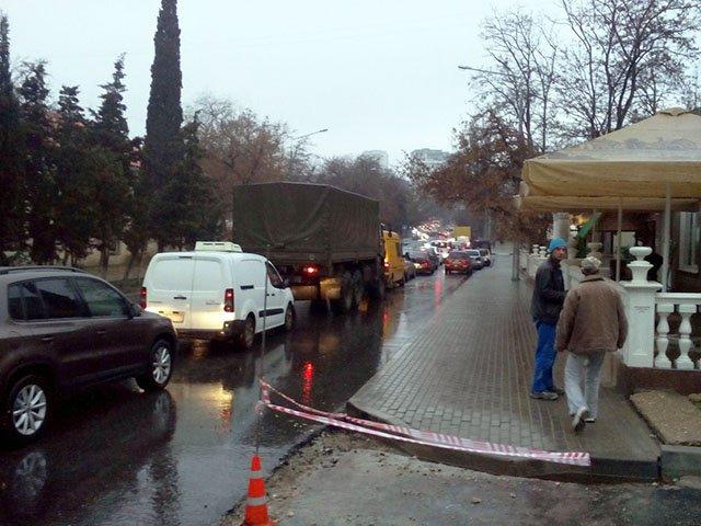Дорогу вКрыму под Севастополем врайоне оползня навсе 100% перекрыли