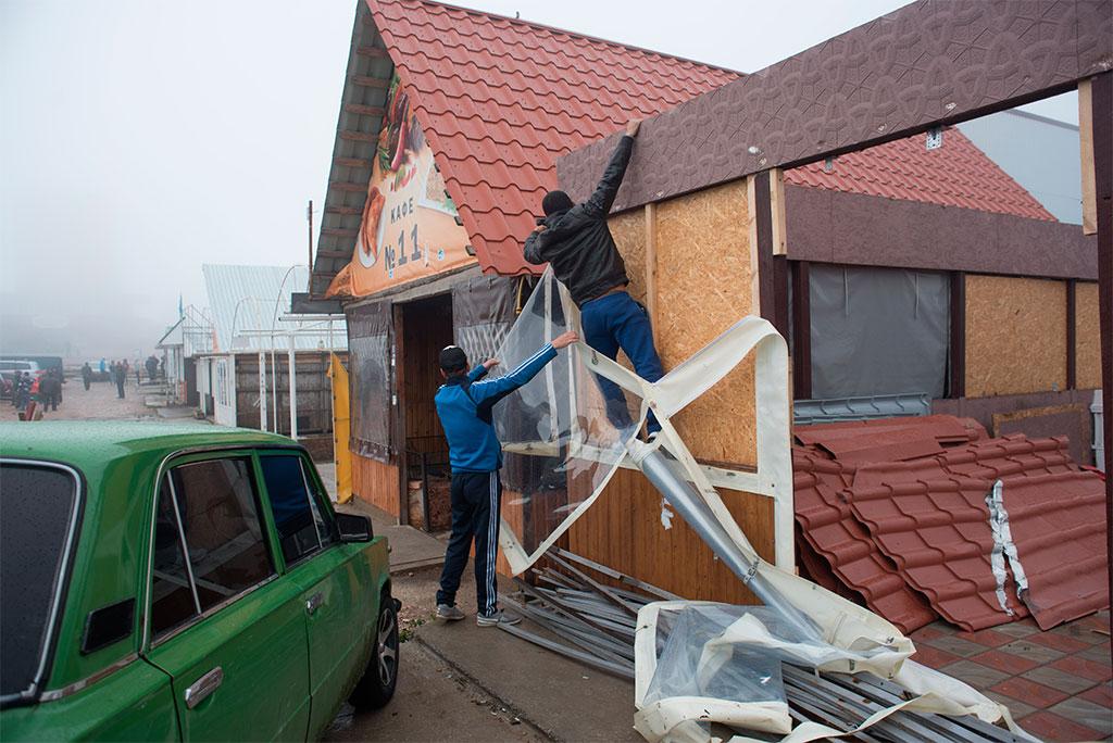 ВКрыму наАй-Петри начался добровольный демонтаж кафе игостиниц