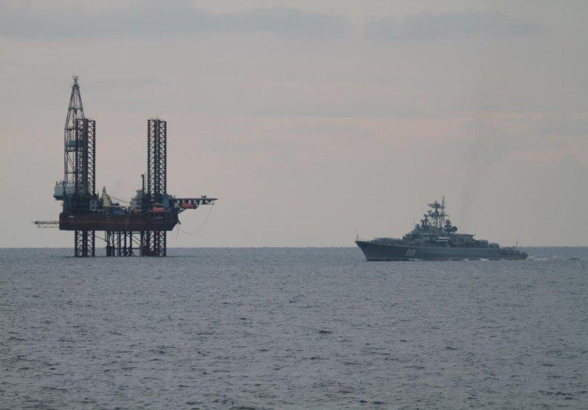 Новый День Нафтогаз показал и жалобно прокомментировал надёжно охраняемую крымскую газовую платформу