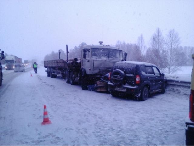 Под Екатеринбургом двое скончались в итоге лобового столкновения сКамазом