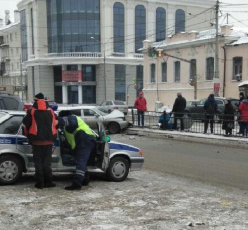ВЕкатеринбурге автомобиль сбил пешеходов наостановке