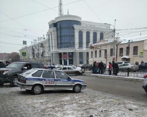 ВЕкатеринбурге востановку слюдьми влетел нетрезвый шофёр ВАЗа