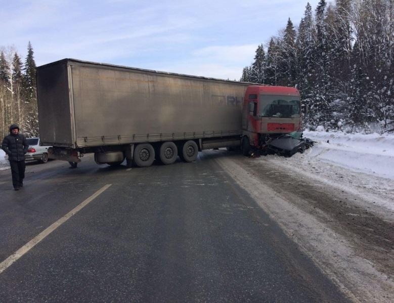 НаМосковском тракте фура раздавила легковую машину