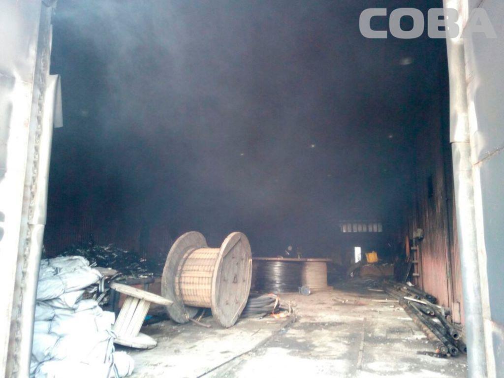 Серьёзный пожар наскладе вКольцово тушили три часа