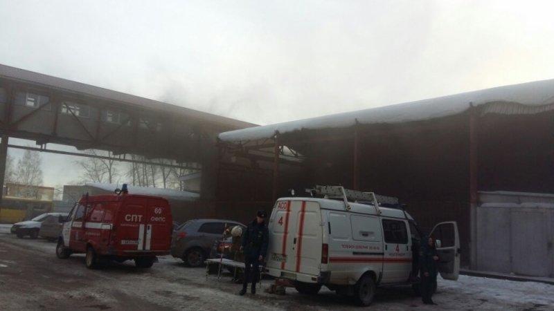ВКольцово полыхает кровля склада