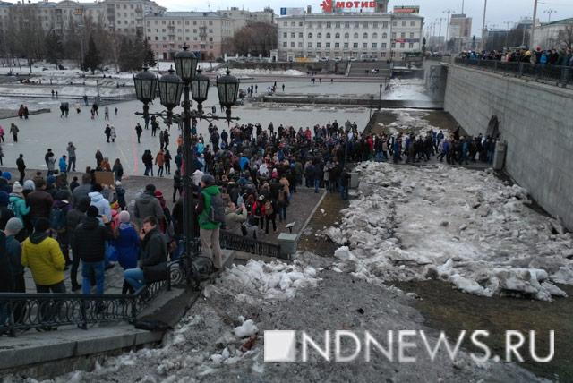 Митинг вподдержку Навального вОмске загородила уборочная техника