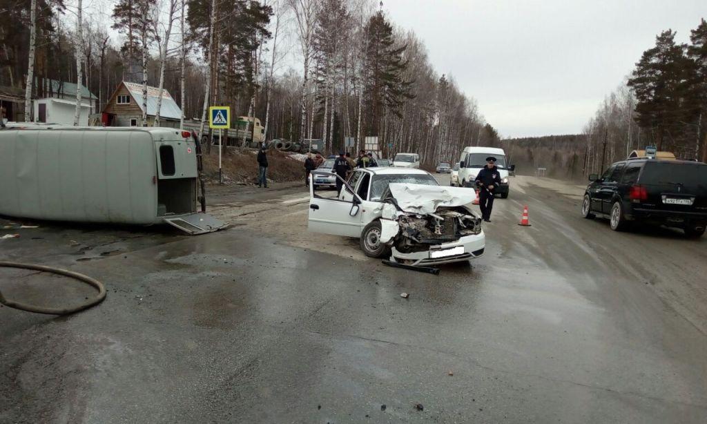Новый День На уральской трассе санитарная машина УАЗ лоб в лоб столкнулась с иномаркой 6 пострадавших