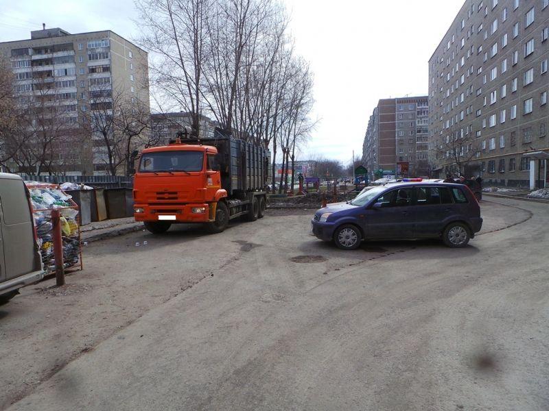 ВЕкатеринбурге под колесами КамАЗа умер пешеход