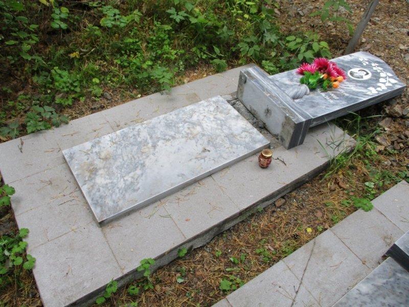 НаСреднем Урале пятеро молодых людей разгромили сельское кладбище