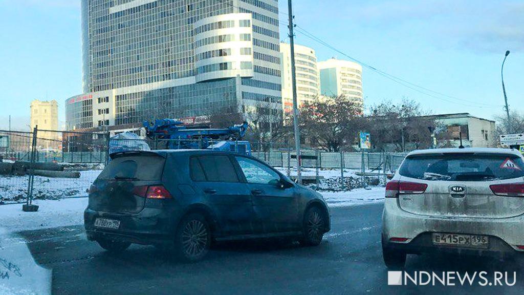 В центре Екатеринбурга КамАЗ со стройки протаранил легковушку