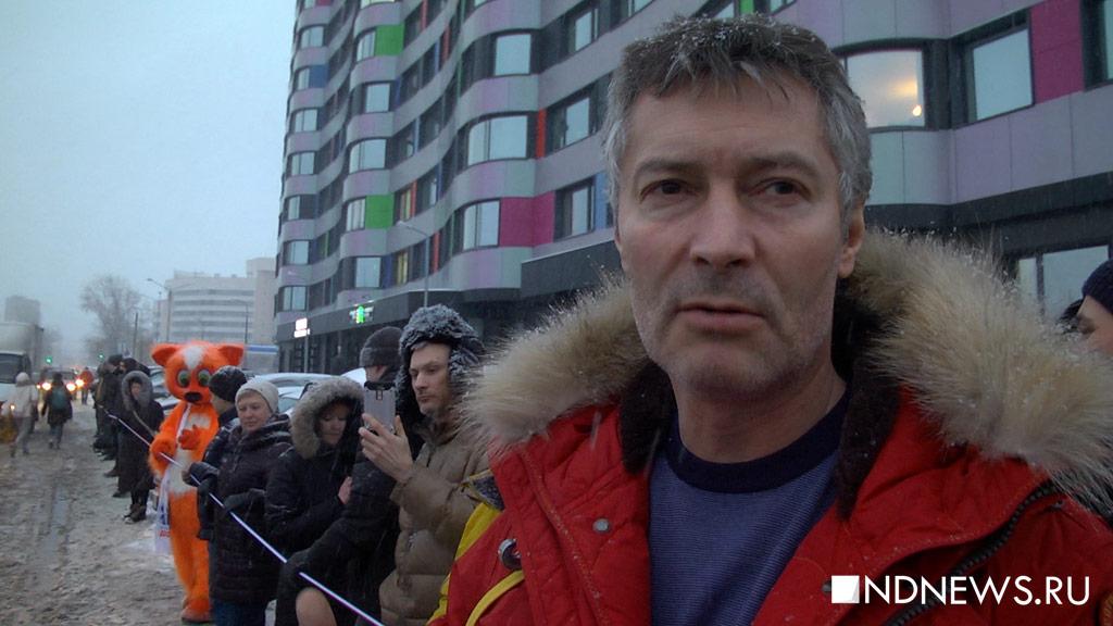 Екатеринбуржцы пытались обнять телебашню – не удалось из-за сугробов (ВИДЕО)