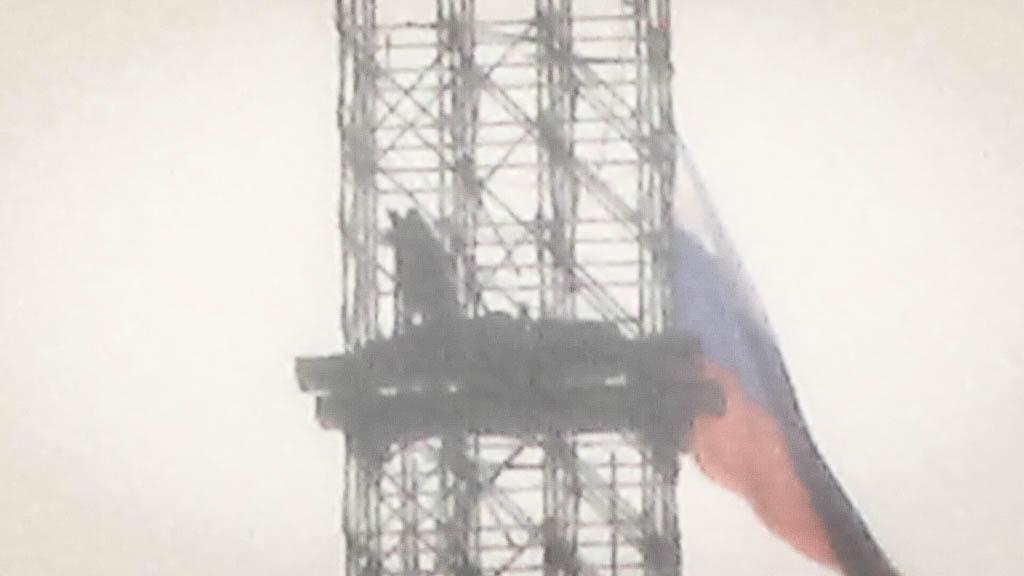 Несколько защитников телебашни прорвались наверх и подняли российский триколор (ФОТО)