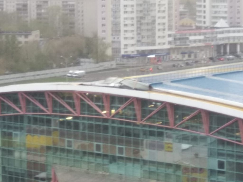 Летающие скамейки и крыши, отключения света: в Екатеринбурге прошла первая майская гроза