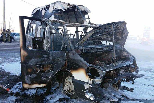 Сгоревшая после ДТП вЧелябинской области маршрутка угодила навидео