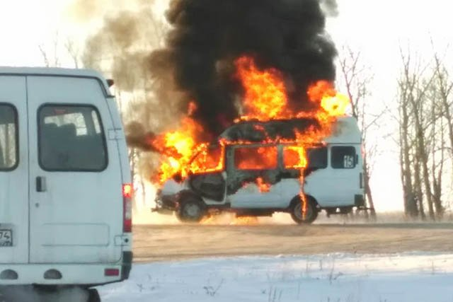 ВМагнитогорске сгорела маршрутка, столкнувшаяся савтомобилем Мазда 6