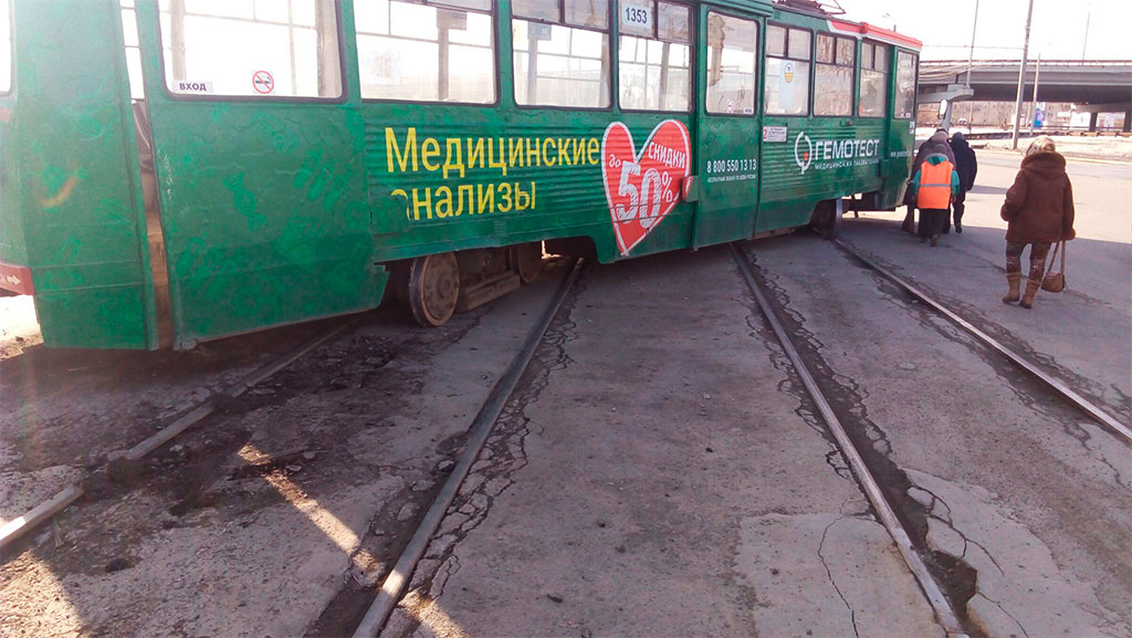 ВЛенинском районе Челябинска трамвай сошел срельсов