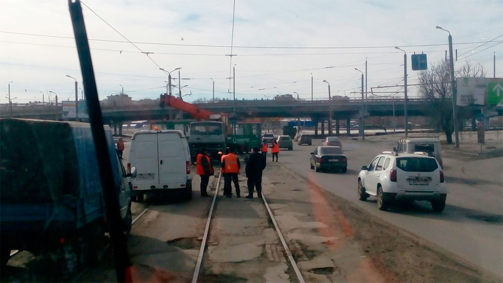 Под мостами вЛенинском районе Челябинска трамвай сошёл срельсов