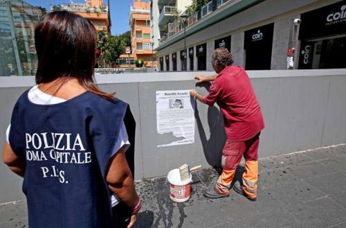 Новый Регион: В Риме расклеены плакаты призывающие к бойкоту еврейских торговцев (ФОТО)